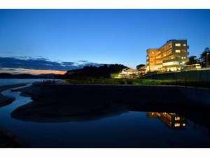 美しい大谷海岸と一体化するように建つホテル。刻々と変化する空と海の色は、芸術的です。