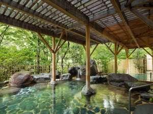 【露天風呂|春】木々の緑が美しく眺められる朝の湯浴みがおすすめ。心から清々しくなれます。