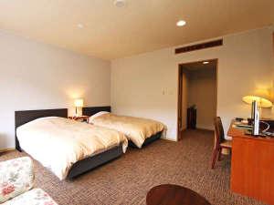【ツインルーム】広々ゆったりとしたつくりの2ベッドルーム。全室ユニットバス付きウォシュレットトイレ