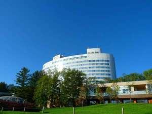 夏の新富良野プリンスホテル。6月から9月までお花が見頃【外観】