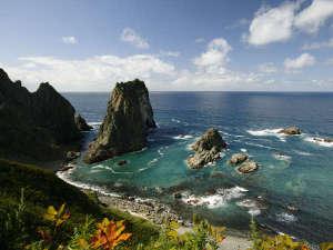 当館から徒歩10分。日本の渚百選。島武意海岸。