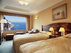 展望風呂付オーシャンフロントツインルーム 目の前に広がる日本海の絶景を一望