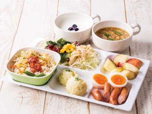 種類豊富なパンやあたたかいスープ、新鮮な野菜たっぷりのサラダなど、多彩なメニューを取り揃えています。