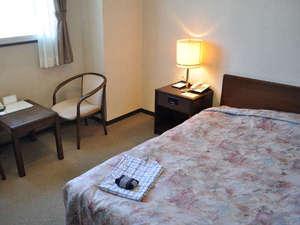【シングルルーム】ゆったりサイズの客室は長期滞在にも最適。