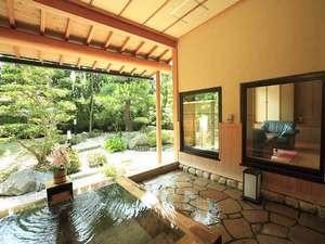 離れの客室露天風呂です。専用のお庭をゆっくりと眺めて…