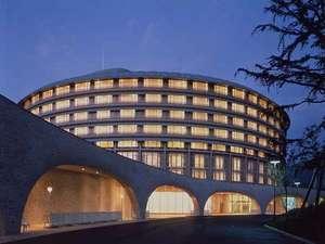 【ホテル外観】夜になると客室の灯りが幻想的な雰囲気を醸しだします。