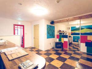 【2階宿泊スペースロビーホール】手作りのカラフルな内装が特徴です♪