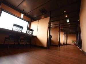 琵琶湖側をのぞむカウンターテーブルを間仕切り、個室感覚で美しい景色を見ながら頂くお食事は格別。