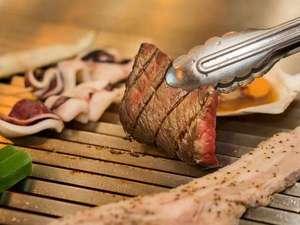 ディナーバイキングのグリルコーナー。海鮮物・お肉をじゅうじゅうその場で焼きます。
