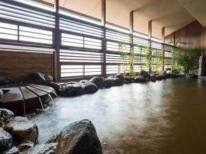 【大湯処~蒼雲~】露天風呂は源泉かけ流し。柔らかく入る陽や外の空気を感じながらお寛ぎください。