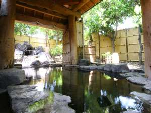 大浴場(露天風呂/女性浴室)…緑と岩に囲まれた源泉100%掛け流し加温無し〈宿泊者無料〉