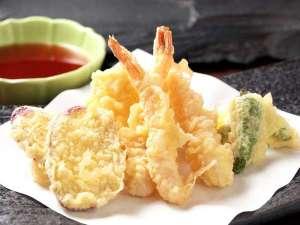 揚げたての天ぷら、鉄板焼、お寿司をライブキッチンでご提供♪