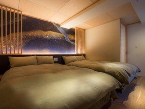 露天風呂付特別室「宵待スイート」の寝室。宮内庁御用達の職人が描いた幻想的な絵を施してある。