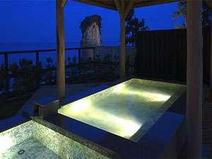 大浴場露天風呂。夜の静かな海・見附島を眺めながらホッと一息・・