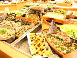 ■「ロイヤルビュッフェ」和・洋・中の料理にデザートまで勢ぞろい!迫力満点です!