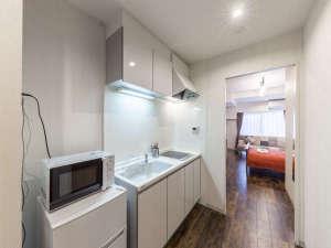 【ダブルルームB】キッチン・バストイレ完備。自宅にいるようにおくつろぎいただけます。