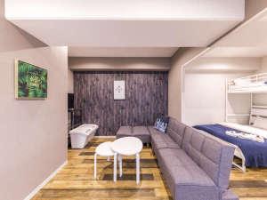 【ファミリースイートH】リビングスペースのソファは大人数宿泊の際、ベッドとしてご利用いただきます。