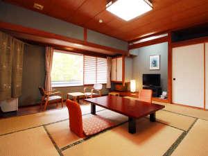 10畳和室は広縁付き。窓からの景観は四季折々の自然をお楽しみ頂けます。
