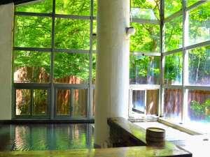 木々をのぞむ開放的な高窓ある男性内風呂