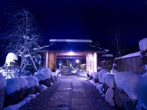 【外観(冬)】北アルプスの山懐に佇む雪に覆われた静寂な湯宿。白銀の世界でお待ちしております。