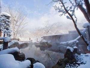 【大浴場露天風呂(冬)】雪化粧した山々を望みながらの湯浴みは格別。