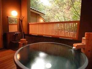 別邸客室の露天風呂一例。陶器で出来た丸型湯船。源泉かけ流しなので24時間ご利用いただけます。