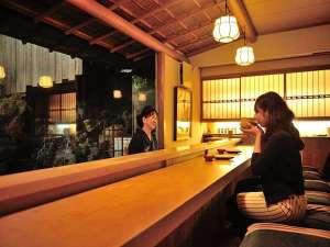 チェックインは滝を見ながらお抹茶と和菓子のおもてなし