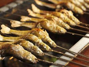 炭火でジワッとあぶった川魚の塩焼きは丸ごと食べられます。