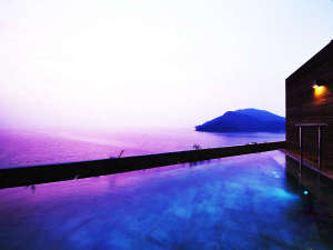 """【屋上露天風呂】""""目の前""""を遮るものがなにもない。海景の自然美をすぐそばに感じる湯の贅を。"""