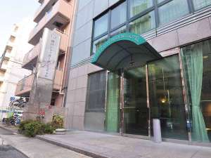 【外観】入り口はこちら☆道路沿い、緑が目印です^^