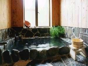 足を伸ばしてゆっくり入れる石風呂。