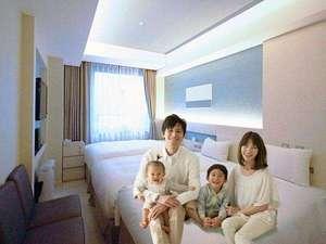 親子ベッド3人仕様。大人2人、お子様1人or幼児2人までが限界です。ベッド以外の場所は大変狭いです。