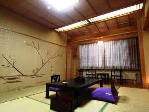 【和室10畳客室】部屋ごとにデザインが異なる。床の間には部屋名と同じボタニカルアートを展示