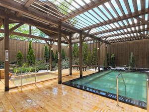 露天風呂には木と石造りの湯船が2つ。木の湯船は『かけ流し温泉』をお楽しみいただけます♪