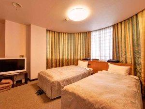*ツイン(客室一例)/リニューアルしたばかりの広々とした客室。ごゆっくりお寛ぎ下さい。