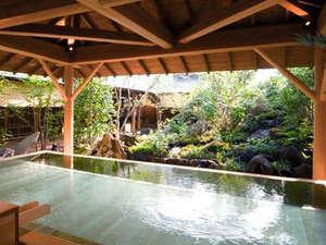 小さな滝が流れ、山野草が咲く庭園をのぞむ桧露天。草の香り、風の音。自然と調和した癒しの露天です。
