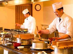 料理人が目の前で調理するライブ感あふれるダイニング