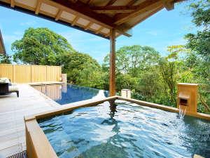 泳ぎ着かれたらそのまま湯船へ。リゾート感あふれるプール付きのヴィラは、すぐ横に露天風呂をご用意。
