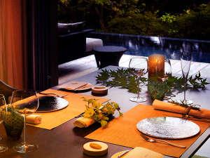 ご夕食は、2人の時間を大切に。地元の素材を駆使し、妥協なく作り上げる渾身の逸品ばかり。