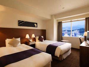 [ツイン]幅120cm×2台のベッドが入った24平米のお部屋。室内とバスルームとの仕切りにガラス窓を採用。