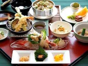 大人気の浦河産ツブ貝の釜飯を中心とした和食膳。