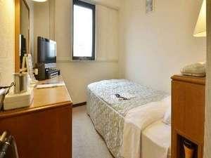快適にお休み頂けるよう、シングルルームのベッドはセミダブルサイズです
