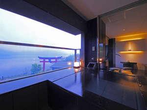 開放感あふれる半露天タイプの展望風呂では、アルカリ単純泉が24時間入浴可能/温泉展望風呂付スーペリア