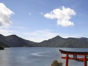 ホテルの正面には中禅寺湖畔と朱色の大鳥居がございます。