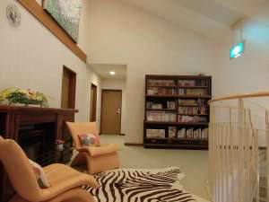 2階ラウンジにある本棚には本やDVDソフトなどをご用意しております。