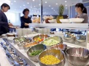 毎日しっかりとお野菜を。サラダバーも色とりどり♪ ※朝食バイキングイメージ
