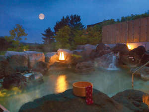 <つきあかりの湯>自家源泉の露天風呂(夜)満天の星空を眺めながらごゆっくり♪