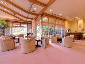 *ロビー/天井が高く開放的な空間で寛ぎのひと時を。待ち合わせやのんびりしたい時など最適な場所です。