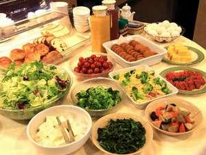 【朝食】和洋中と内容充実の朝食。オニオンコロッケなど北見らしい品も揃う。