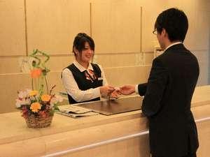 【接客】笑顔のスタッフがお出迎えします。館内や周辺情報など気軽にお声かけください。